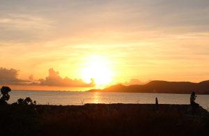 夕日を眺める 沖縄名護市