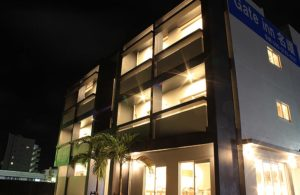 ホテルゲートイン名護外観 夜の風景 沖縄名護市ウィークリー・マンスリー