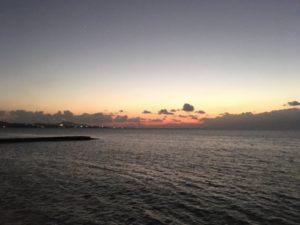 名護湾に沈む夕日